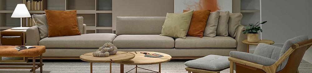 Sofá em sala de estar em tom neutro
