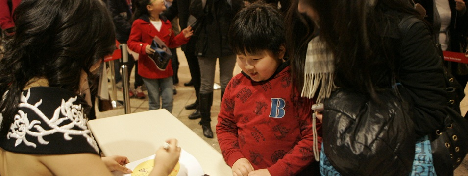 Rose Jang signing autograph for boy