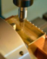 製品力例:『半月一枚刃』による繊細な文字彫刻