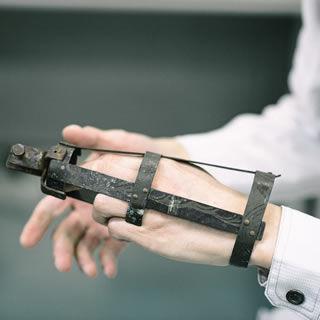 初代赤坂 兵之助が彫刻を続けるため作成した義肢