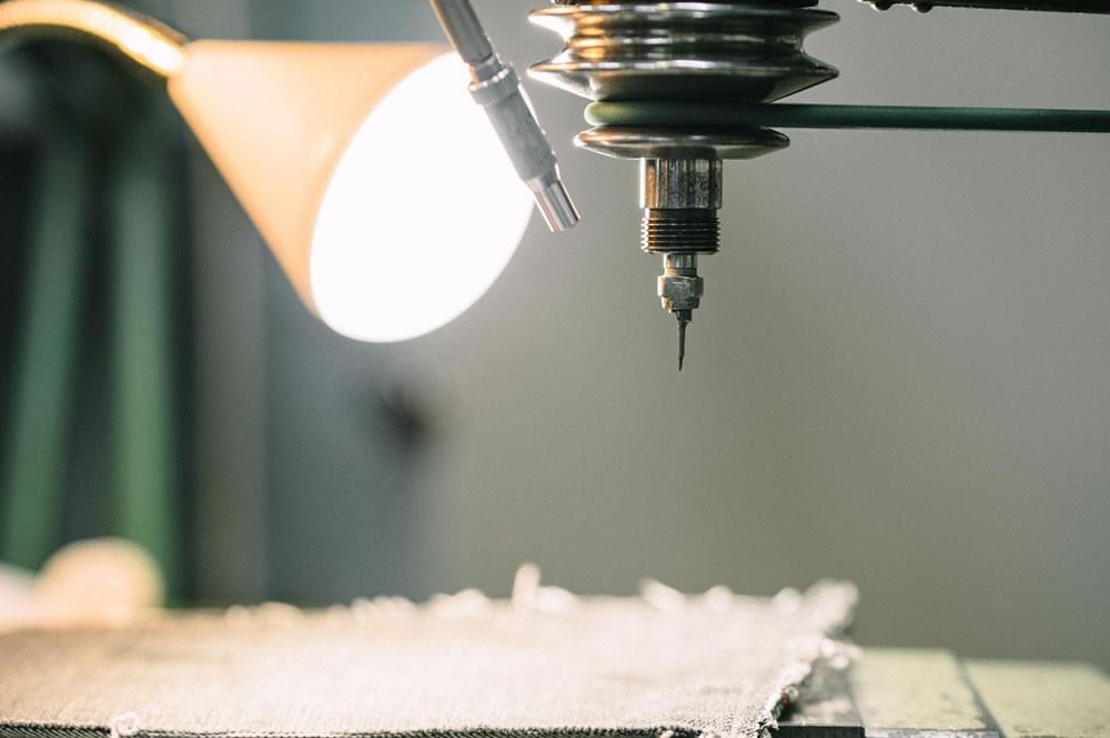 祖父が創り出した『半月一枚刃』とコンピュータ制御をミックスさせた彫刻加工