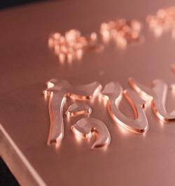 凹凸でも曲面上でも対応可能なデザイン文字彫刻
