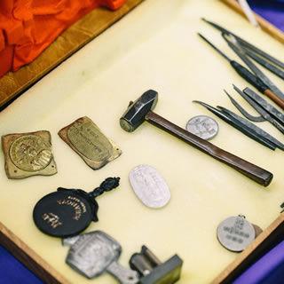 初代赤坂 兵之助が使用していた刃物と金槌