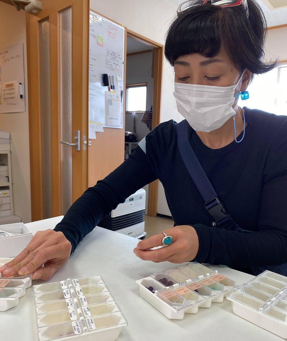 [cocur] fuku (コクール・福)用の天然石選択中の株式会社レオビジューの坂井社長