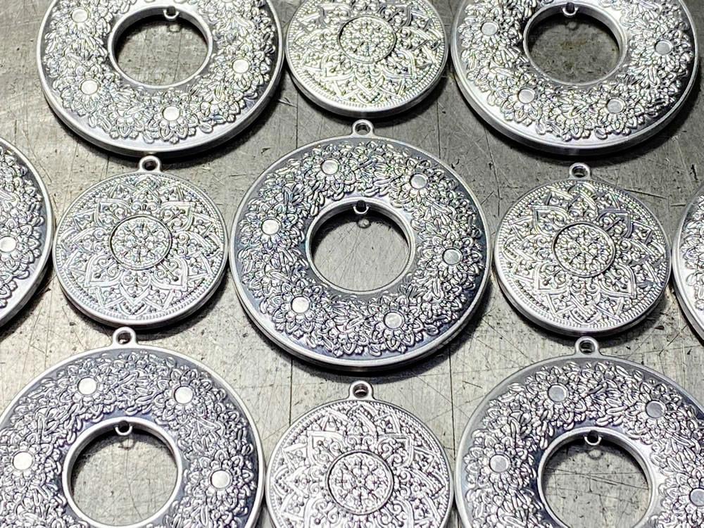 ジュラルミンに「半月一枚刃」で曼荼羅の美しく繊細な世界を彫刻しております。