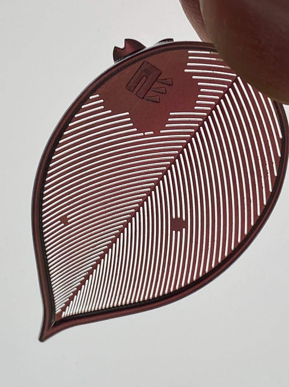 きちんと光が透過するかもチェックのポイント裏面には当社ロゴを刻印しております。