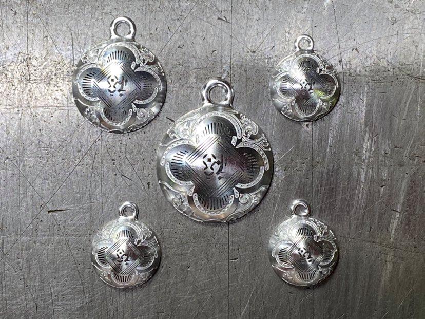 『赤坂式半月彫刻法』による「裏表完全金属削り出し」で制作した『福』のパーツ
