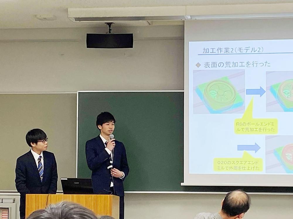 卒業論文発表会で発表する雄樹と新太