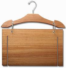 Cabide de madeira para vitrine de loja com display de bermuda