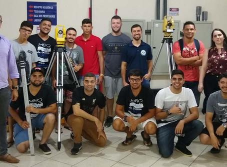 Enriquecedora aula de topografia para os acadêmicos de Engenharia Civil