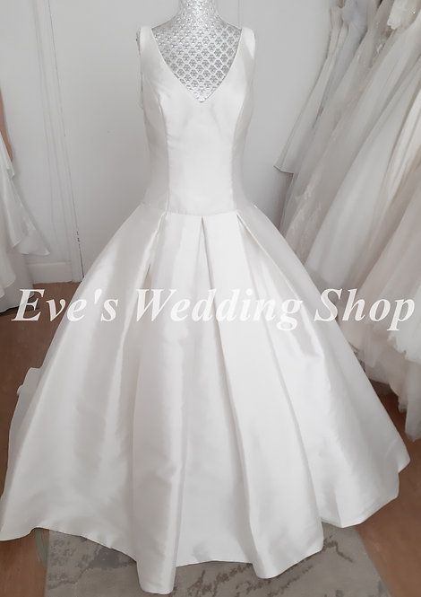 Simple V neck wedding dress with hidden pockets UK 12/14