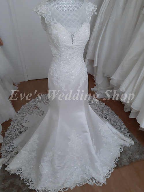Berketex ivory wedding dress with lace cut out train UK 10/12