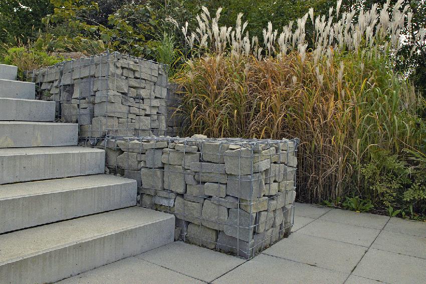 Steinkorb-Mauer