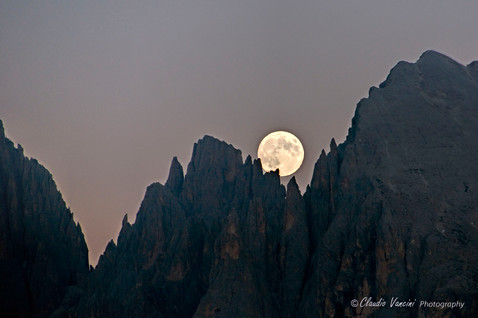 The moon between the rocks