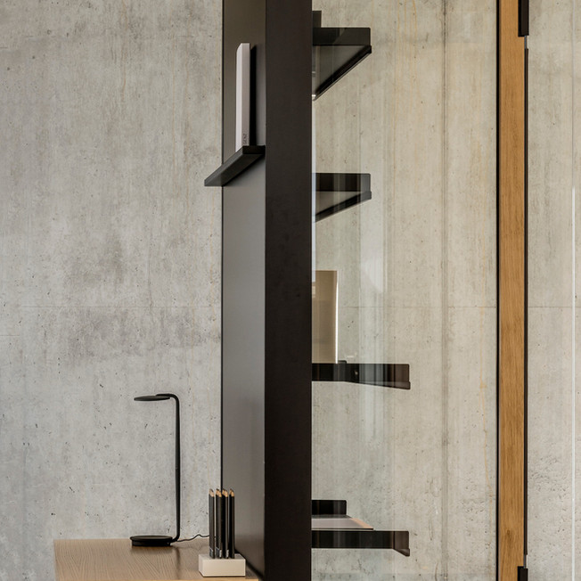 Flexibilität. Für maximale Flexibilität ist das M Haus an den Stirnwänden, sowohl auf der Aussen- wie auch auf der Innenseite, mit Stahlschlitzschienen ausgestattet. Das erlaubt die Organisation der vertikalen Flächen mit Regalböden und Arbeits- bzw. Ablageflächen. Der Bedarf definiert die Gestaltung und nicht umgekehrt.