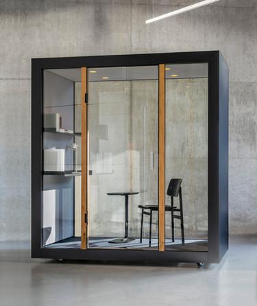 Das M HAUS ist wie eine Bühne gedacht. Die Szenarien können problemlos wechseln und das Mobiliar heisst nicht umsonst Mobiliar. Es ist genauso mobil wie das M Haus selbst und lässt sich sowohl im Haus als auch ausserhalb verwenden.
