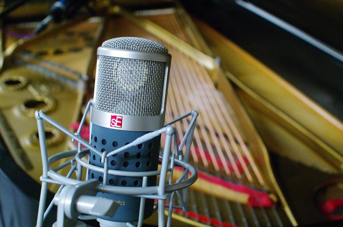 tube-microphone-3780707_1920 - Champlain