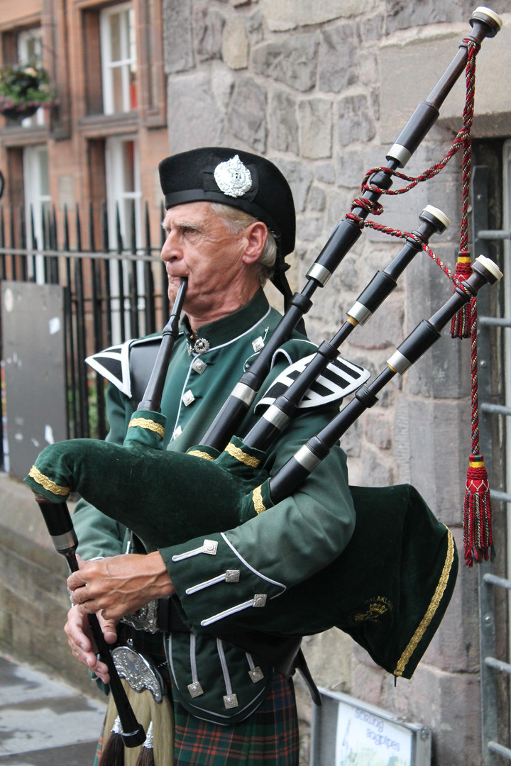 bagpiper-bagpipes-elderly-man-63248 - Ch