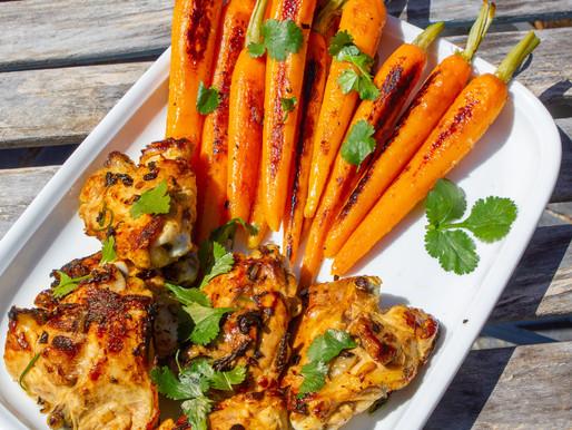 Poulet mariné, herbe à curry et carottes fanes rôties