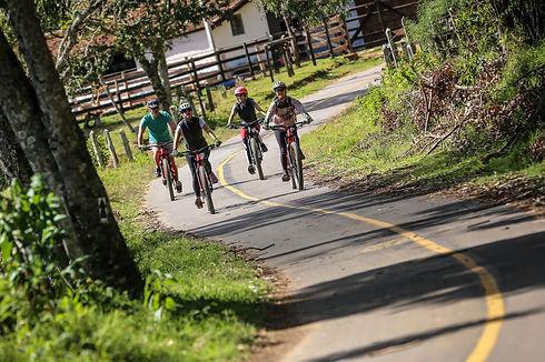 Clientes curtindo trecho da Serra com as E-bikes.