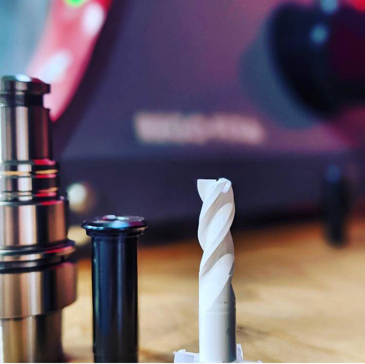 Keramikfräser wurden entwickelt um höhere Standzeiten bei Buntmetallen, Leichtmetallen und Kunststoffen zu erreichen. Durch ein spezielles Keramikwerkstoff basierend aus Zirkonoxid und spezielle Schleifverfahren sind wir nun in der Lage Standzeiten gegenüber Hartmetalle um mindestens das 5x, 10x bis zu 20x zu erreichen. Zahlreiche Tests bei Kunden beweisen es eindrücklich.