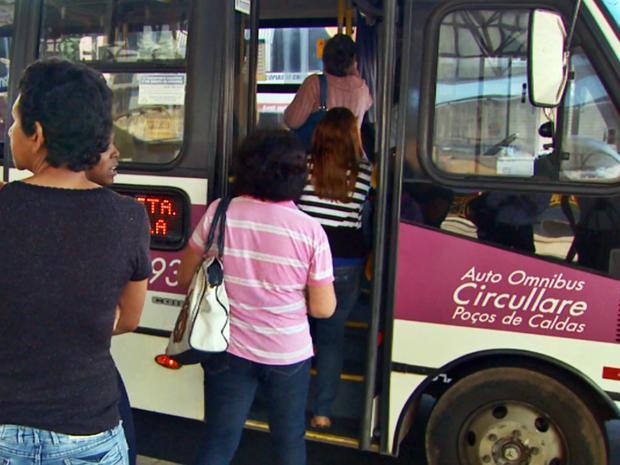 #Enxergandocompalavras: ônibus da Circullare estacionando no terminal e moça de costas embarcando.