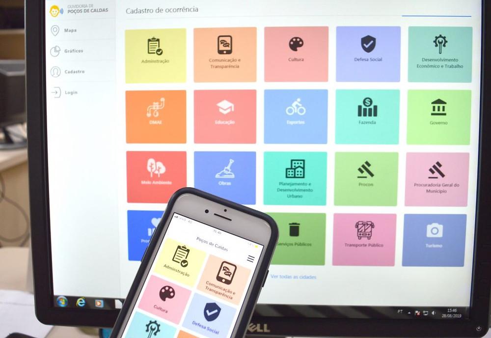 #Enxergandocompalavras: computador e celular exibindo o aplicativo eOuve, com sua interface e opções de navegação.