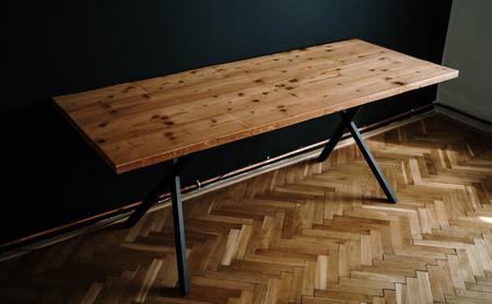 Stůl z katrovaného smrku