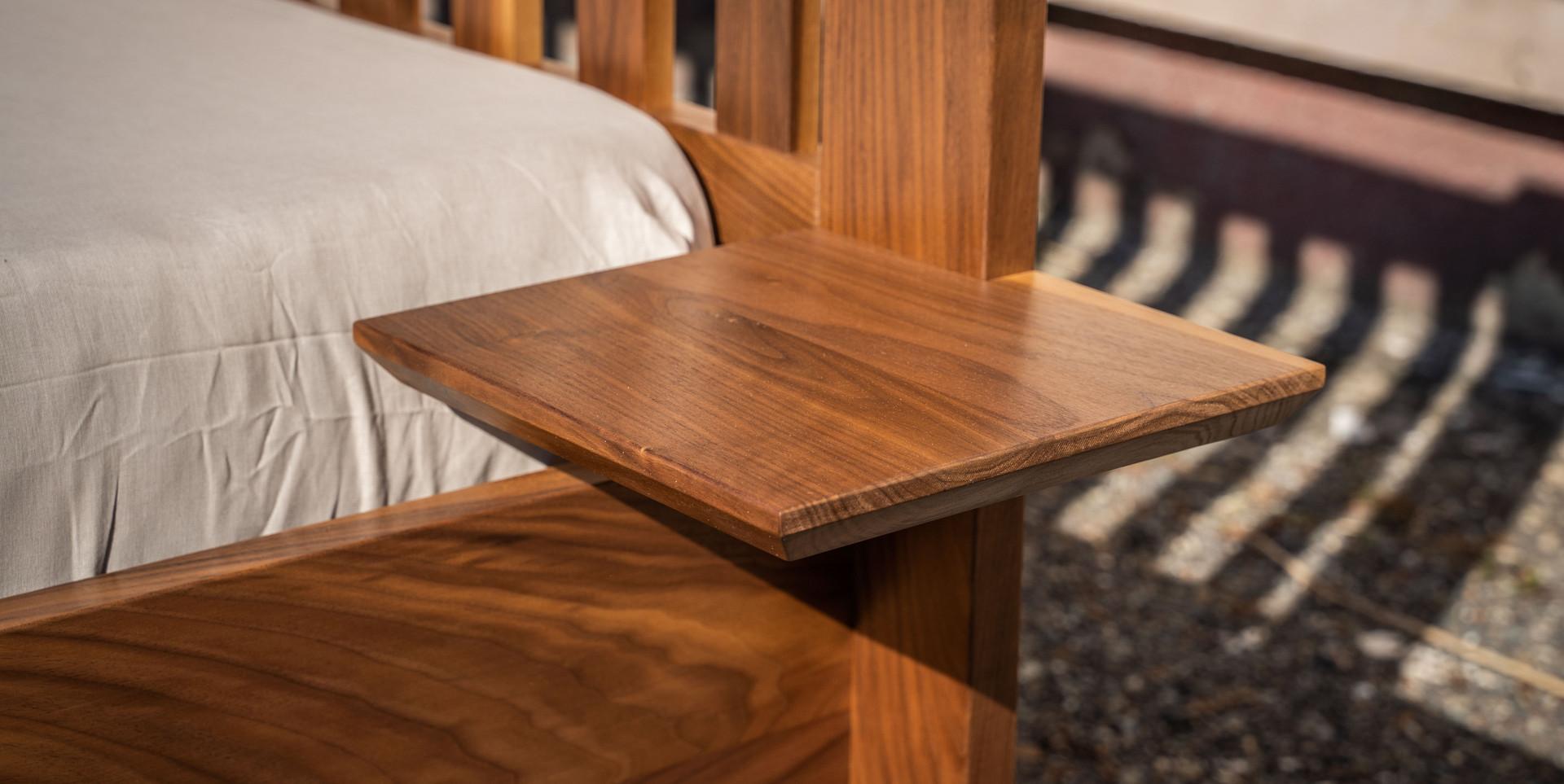 Postel z ořechu černého - detail nočního stolku