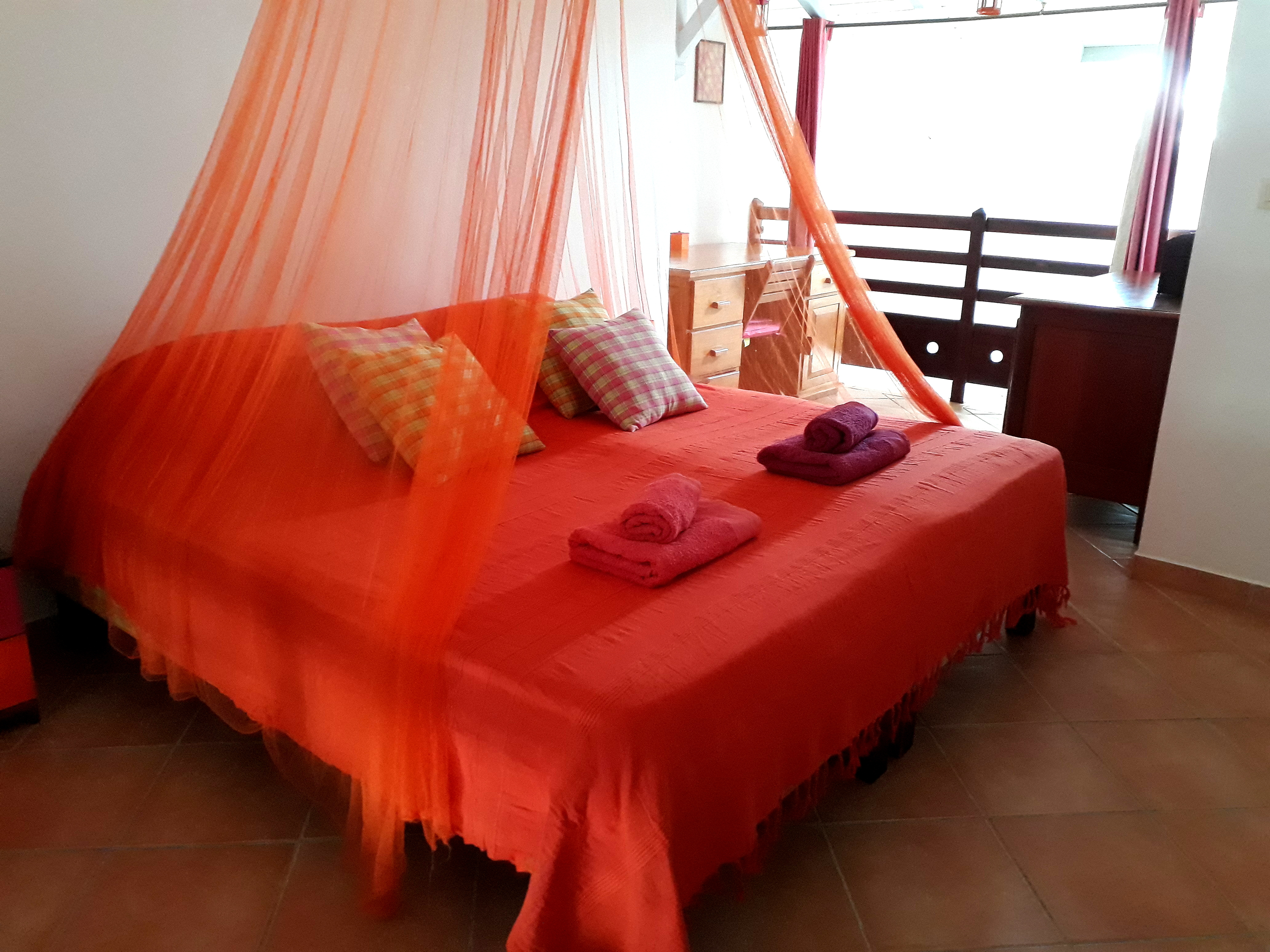 Anoli_Location_Chambre_Rose_&_Orange_Lit