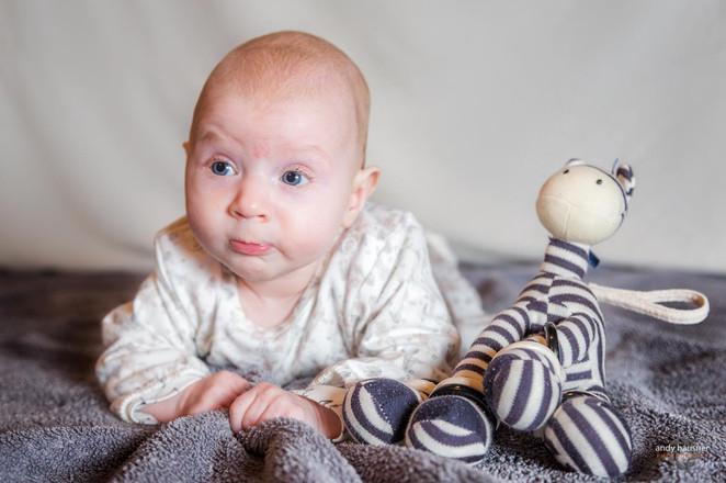 Baby runzelt die Stirn