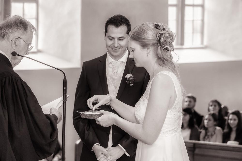 Braut bei der Ringübergabe