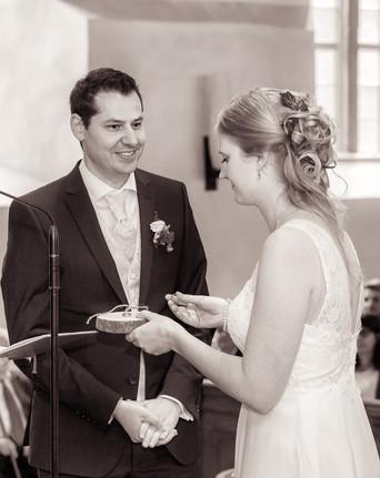 Braut steckt den Ehering an