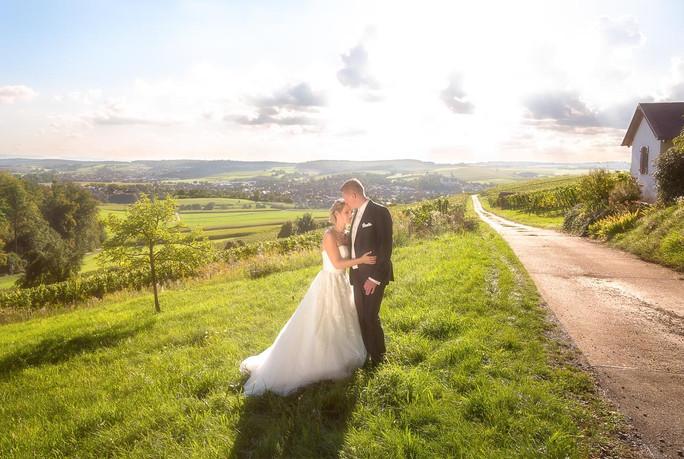 Brautpaar in den Weinbergen