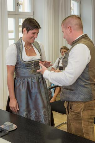 Bräutigam bei der Ringübergabe