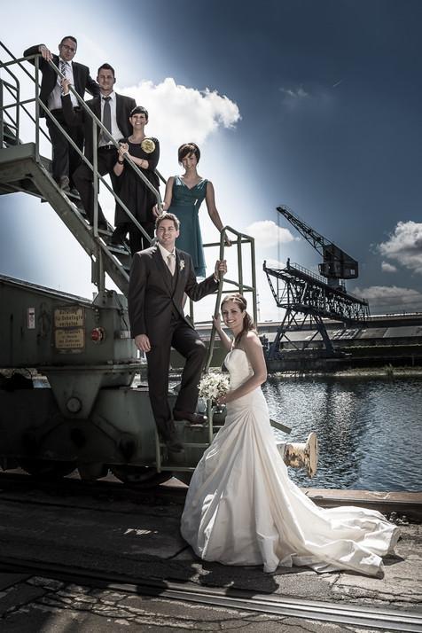 Brautpaar mit Trauzeugen vor Industriekulisse