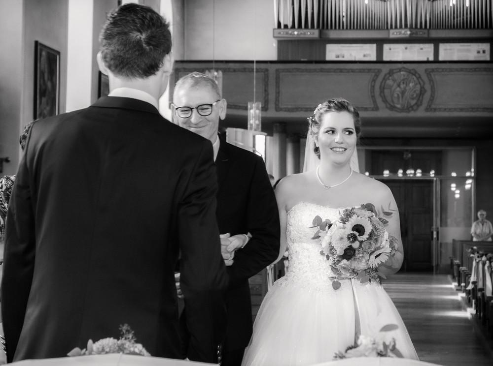 Braut beim Einlaufen in die Kirche