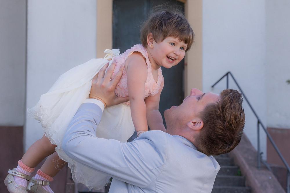 Kind vor der Kirche mit Bräutigam