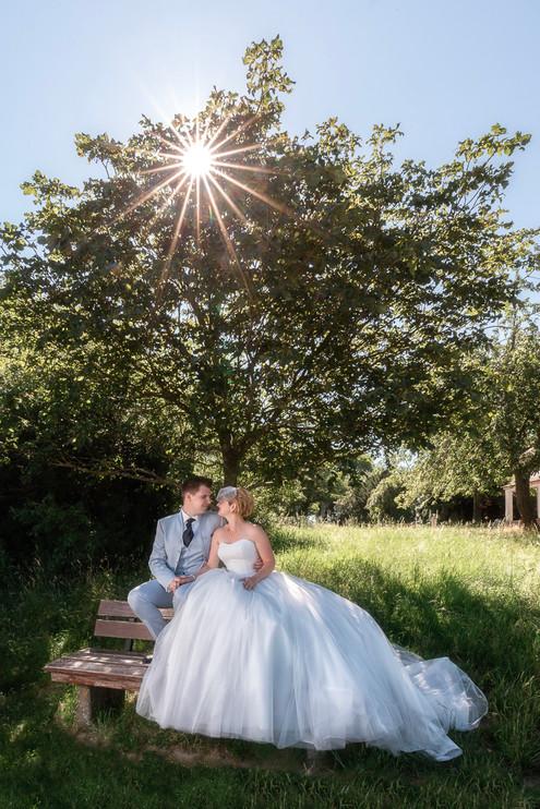 Brautpaar im Sonnenaufgang