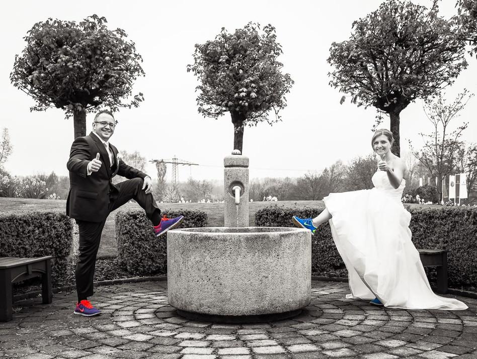 Brautpaar in Turnschuhen