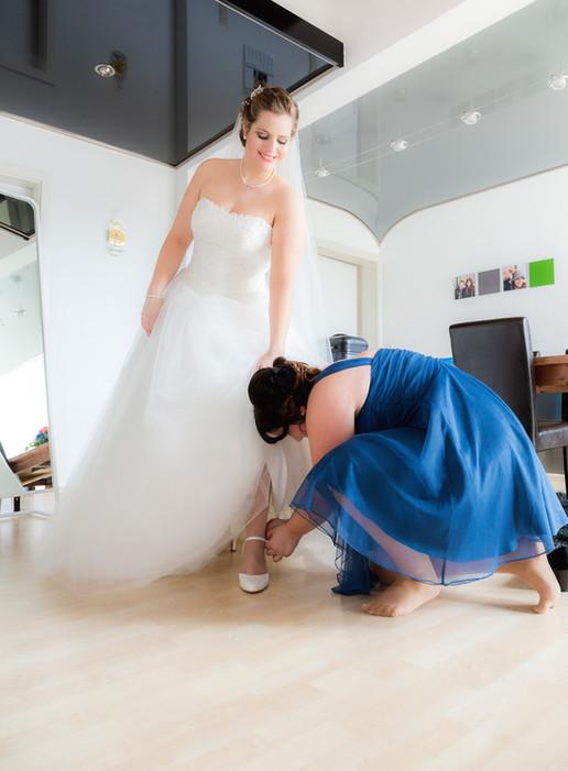 Braut beim Schuhe Anziehen