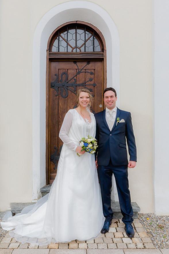 Brautpaar vor der Kirche