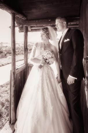 Brautpaar romantisch in Schwarz-Weiß