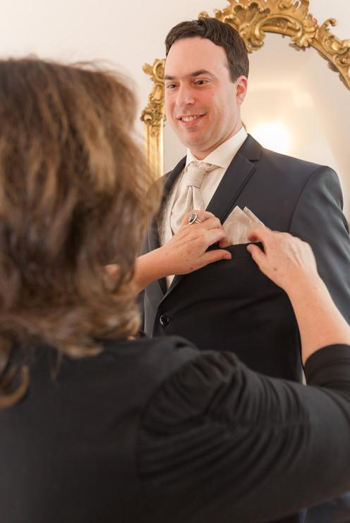 Bräutigam bei der Vorbereitung