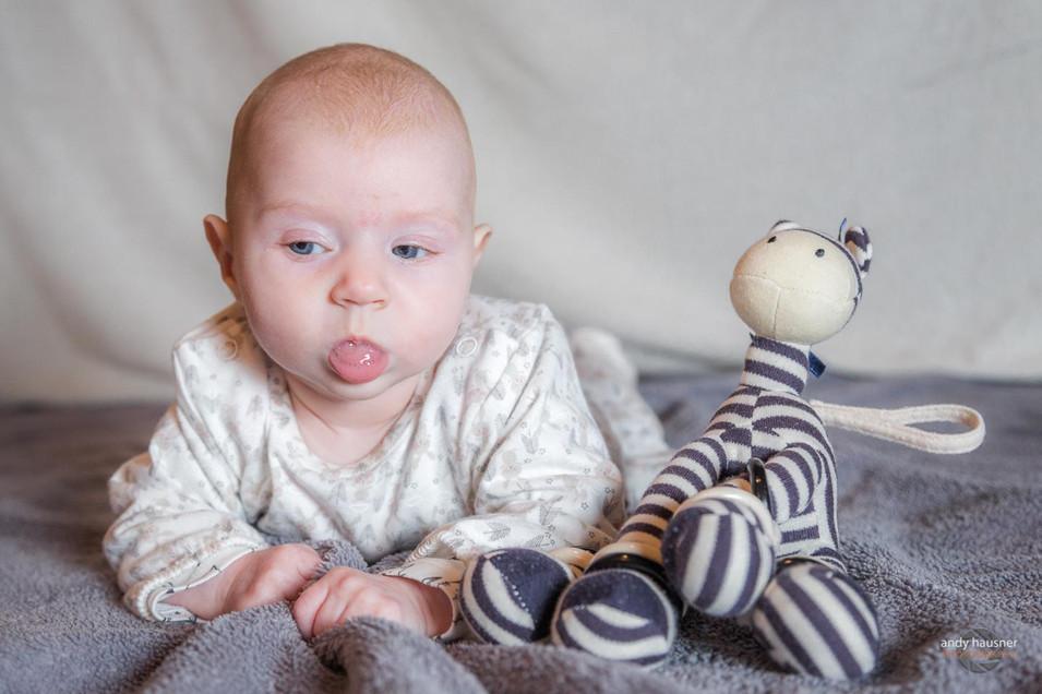 Baby streckt Zunge raus