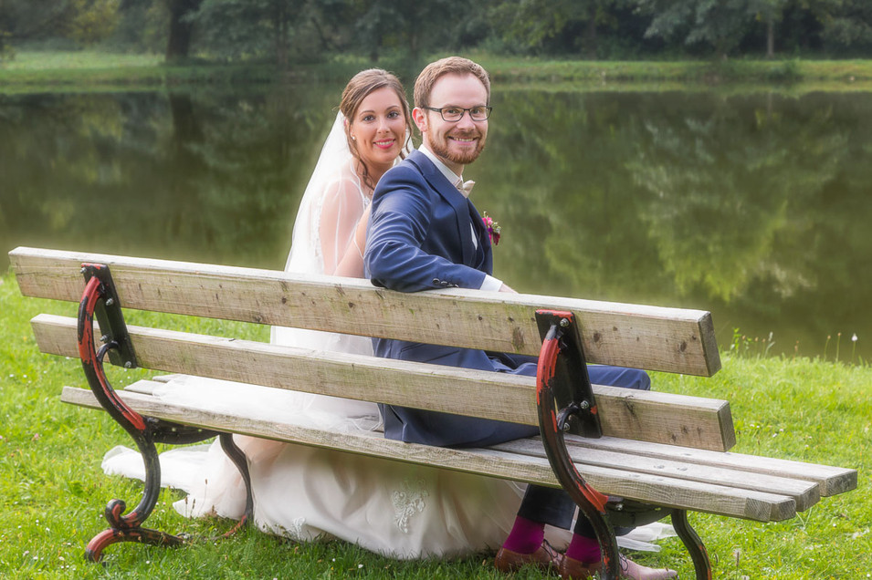 Brautpaar auf der Bank