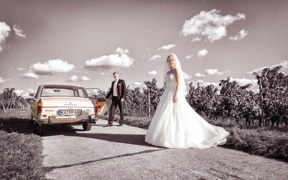 Brautpaar mit Hochzeitsauto Oldtimer