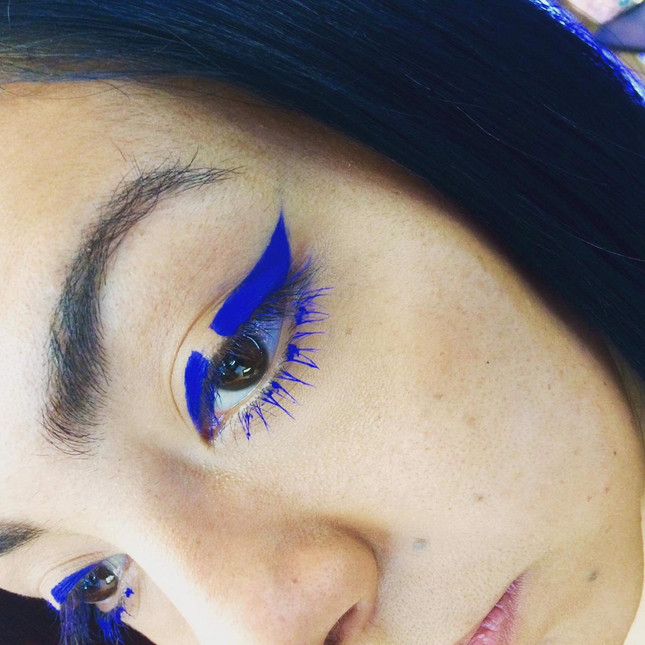 Maquillaje delineado azul
