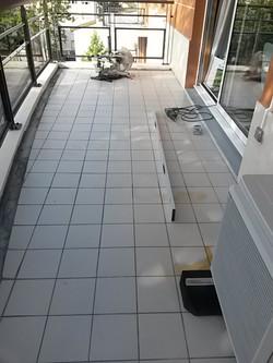 Avant : balcon avec écoulement d'eau