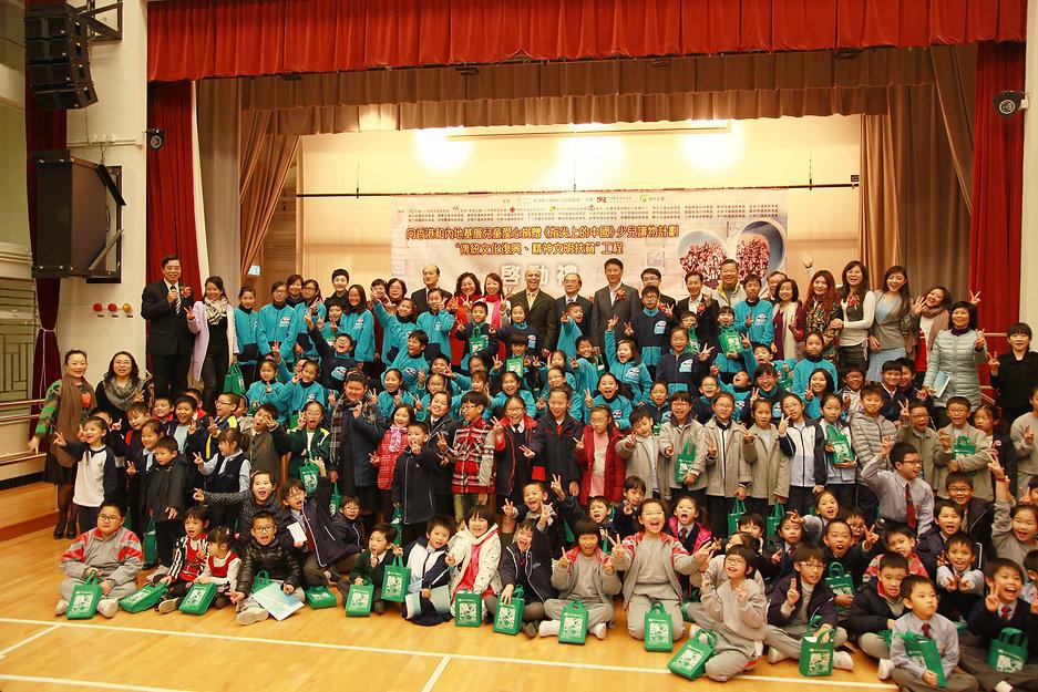放照片 關愛1基金會舉辦愛心捐贈《指尖上的中國》勵志少兒讀物啓動禮,不單是為清貧